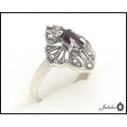 Srebrny pierścionek zdobiony granatem (05282)